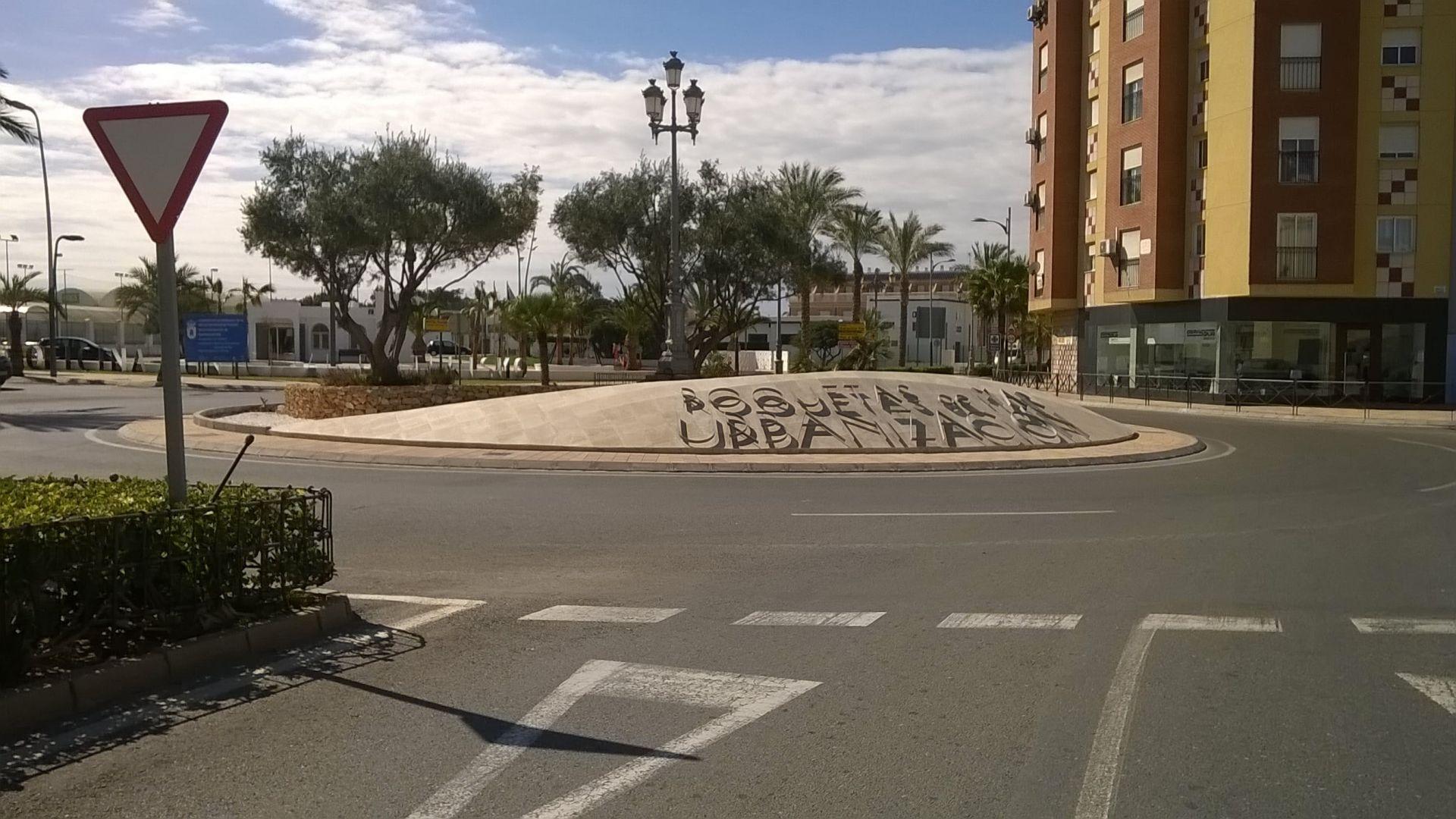 Adecuación de rotonda en Avda. Rosita Ferrer en Roquetas de Mar